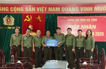 Công an tỉnh Khánh Hoà trao quà ủng hộ cán bộ, chiến sĩ Công an Hà Tĩnh