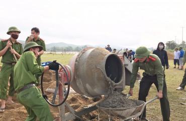 Công an Vũ Quang giúp dân xây dựng sân bóng chuyền