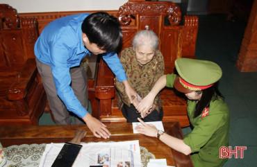 Không nghỉ cuối tuần, Công an Nghi Xuân đến tận nhà làm thủ tục cấp CMND cho người già