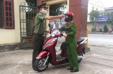 Kiểm tra thân nhiệt người đến làm việc tại Công an huyện Can Lộc