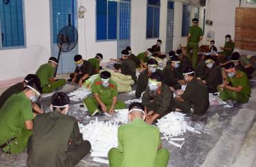 """Những """"công nhân mang sắc phục"""" trắng đêm sản xuất 3.000 mặt nạ phòng dịch"""
