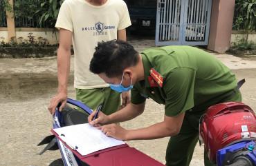 Công an xã Cẩm Vịnh xử phạt người không đeo khẩu trang khi ra đường