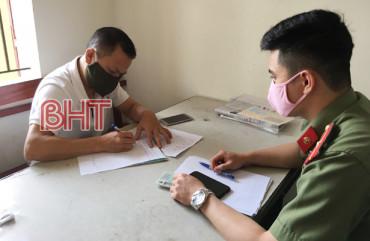 Thành phố Hà Tĩnh phạt đối tượng vận chuyển tài liệu về Pháp luân công 25 triệu đồng
