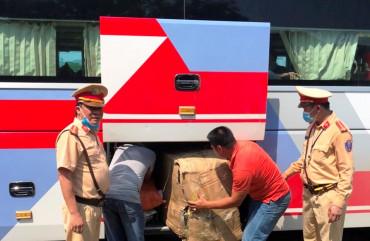 Phòng CSGT phát hiện, bắt giữ 2 xe khách vận chuyển hàng lậu trị giá trên 210 triệu đồng