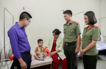 Tặng quà cho trẻ em có hoàn cảnh khó khăn nhân  Ngày Quốc tế thiếu nhi