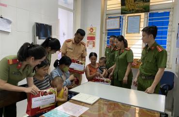 Công an Thạch Hà tặng quà cho trẻ em nghèo, có hoàn cảnh khó khăn nhân dịp 1/6