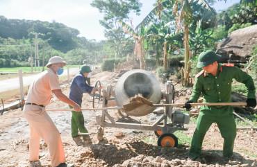 Tranh thủ ngày nghỉ, 60CBCS giúp người dân xây dựng nông thôn mới