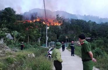 Các lực lượng tích cực tham gia chữa cháy rừng tại Hương Sơn