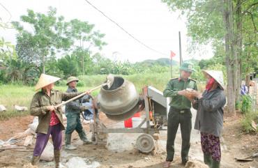 Gác ngày nghỉ Công an, Viện kiểm sát nhân dân huyện giúp dân xây dựng nông thôn mới
