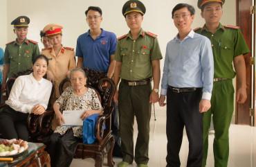 Eximbank trao quà tặng cho gia đình chính sách, người có công với Cách mạng tại huyện Hương Sơn