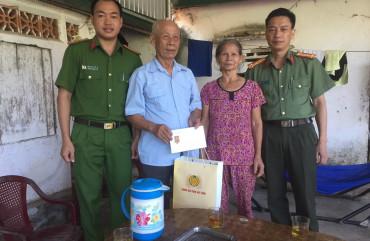 Công an huyện Can Lộc thăm, tặng quà các gia đình thương binh, liệt sỹ