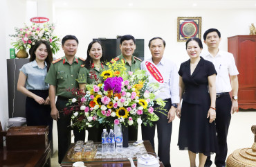 Đại tá Lê Khắc Thuyết - Giám đốc Công an tỉnh chúc mừng ngành Tuyên giáo