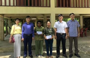 Phòng An ninh đối nội tặng quà người có uy tín trong đồng bào dân tộc Chứt