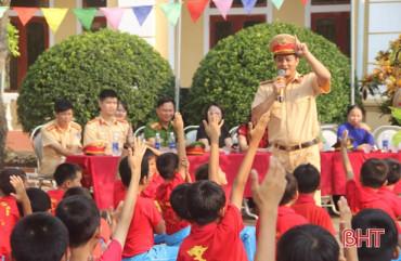 Công an Hà Tĩnh phát hành bài tuyên truyền ATGT cho học sinh