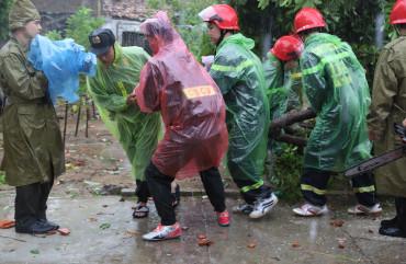 Công an Hà Tĩnh huy động 200 cán bộ, chiến sỹ giúp nhân dân khắc phục hậu quả bão số 5