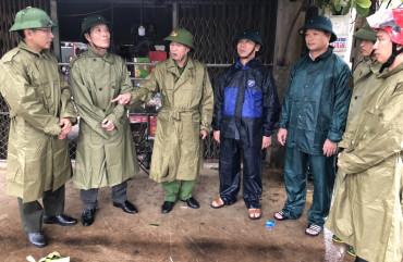 Đại tá Đặng Hoài Sơn, Phó Giám đốc Công an tỉnh kiểm tra công tác phòng chống bão tại Nghi Xuân