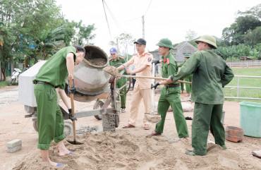 Tranh thủ ngày nghỉ, cán bộ chiến sĩ Công an, giáo viên về làng làm nông thôn mới