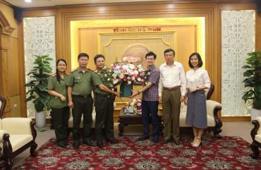 Đại tá Phạm Thanh Phương, Phó Giám đốc Công an tỉnh chúc mừng các Ban xây dựng Đảng nhân ngày truyền thống