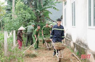 Đoàn Thanh niên Công an tỉnh phối hợp Công an Hương Sơn giúp dân xây dựng nông thôn mới