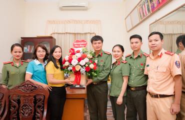 Tặng quà Mẹ Việt Nam Anh hùng và hội LHPN huyện nhân ngày 20-10