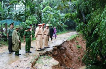 Lãnh đạo Công an tỉnh kiểm tra công tác ứng phó với mưa lũ trên địa bàn huyện Đức Thọ, Hương Sơn