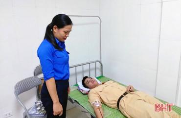 2 chiến sỹ công an vượt mưa gió hiến máu cứu người