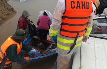 Công an Cẩm Xuyên vượt mưa lũ đưa Mẹ liệt sỹ 95 tuổi đến nơi an toàn