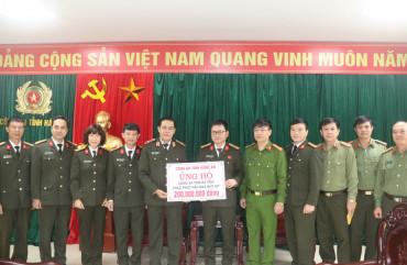 Công an Nghệ An đồng hành cùng Nhân dân Hà Tĩnh vượt qua khó khăn