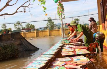 Công an tỉnh Hà Tĩnh giúp Trường Tiểu học và THCS Tân Lâm vệ sinh trường lớp sau lũ