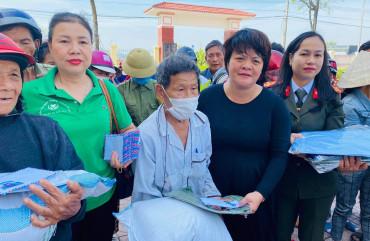 Đoàn thiện nguyện trao quà hỗ trợ cho Nhân dân xã Cẩm Hưng