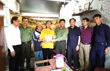 Công an tỉnh trao số tiết kiệm 100 triệu đồng cho em Trần Thị An.
