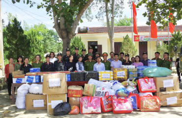Lực lượng Cảnh sát cơ động thăm hỏi, tặng quà người dân vùng lũ Hương Khê