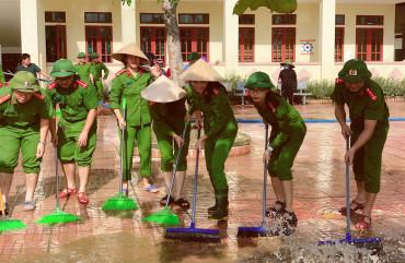 Công an huyện Thạch Hà phối hợp với các Phòng nghiệp vụ Công an tỉnh giúp đỡ các trường học khắc phục hậu quả sau mưa lũ