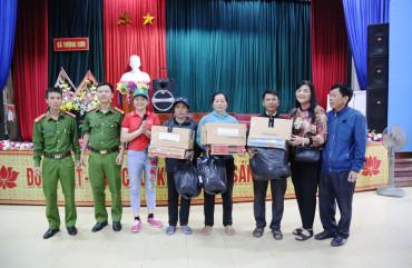 Đoàn thiện nguyện Công ty may Thành Nam tặng quà cho bà con nhân dân vùng lũ xã Tượng Sơn