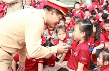 Học sinh trường Ischool Hà Tĩnh hào hứng với chương trình Giao thông an toàn cứu ngàn sinh mạng