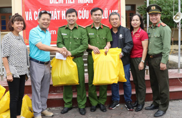 Đoàn thiện nguyện Câu lạc bộ Gold Tân Sơn Nhất, TP Hồ Chí Minh tặng quà nhân dân vùng lũ