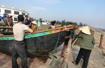 Công an thị trấn Lộc Hà đưa thuyền bị nạn vào bờ an toàn