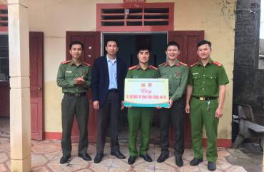 Đoàn Thanh niên công an tỉnh trao tặng máy tính làm việc cho Công an các xã bị ảnh hưởng do lũ lụt