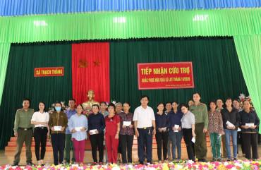 Trao quà ủng hộ nhân dân bị thiệt hại trong lũ lụt