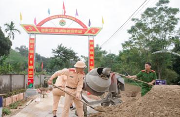 Công an, Viện kiểm sát Hương Sơn giúp dân làm nông thôn mới