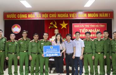 Cục Cảnh sát quản lý Trại giam trao quà ủng hộ Nhân dân Hà Tĩnh và CBCS Trại giam Xuân Hà