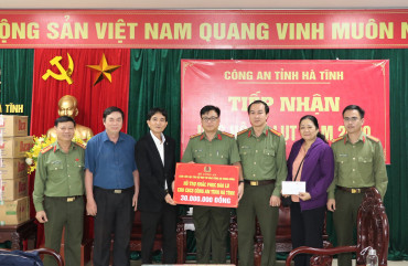 Chi hội tán trợ Thăng Long trao quà ủng hộ cán bộ, chiến sĩ Công an Hà Tĩnh