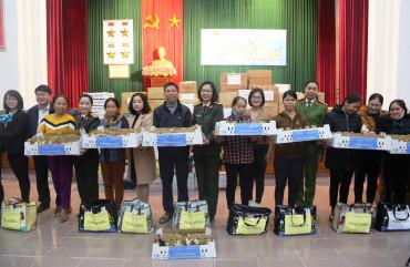 Hội Phụ nữ Bộ Công an tặng quà cho nhân dân vùng lũ huyện Cẩm Xuyên