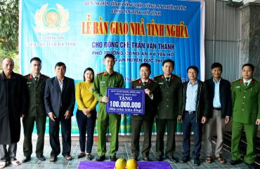 Hỗ trợ 100 triệu đồng giúp Phó trưởng Công an xã xây nhà tình nghĩa