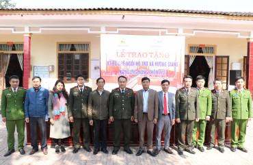 Công an tỉnh bàn giao 83 bộ bàn ghế cho xã Hương Giang
