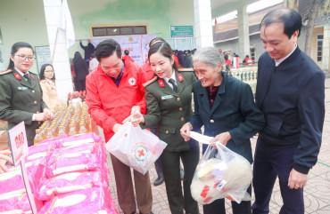 Khám bệnh miễn phí cho hộ nghèo xã Hòa Hải, huyện Hương Khê