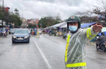 Công an Thành phố Hà Tĩnh kịp thời phân luồng, điều tiết giao thông ngày Tết