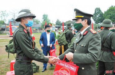 Lễ giao nhận quân đặc biệt của tân binh Hà Tĩnh giữa mùa dịch