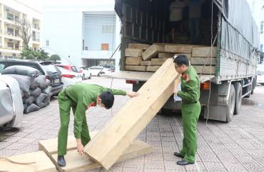 Bắt giữ xe tải vận chuyển gỗ không rõ nguồn gốc