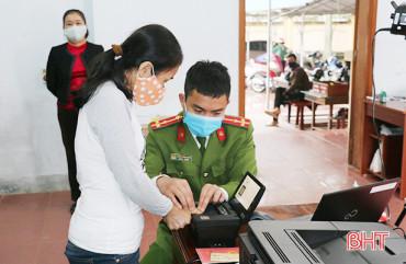 Cấp thẻ căn cước công dân tại Hà Tĩnh: Người dân ủng hộ, cảnh sát hành chính vất vả mấy cũng vui!